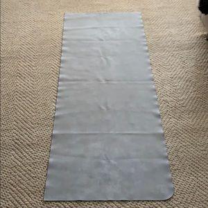 Lululemon grey yoga mat great for traveling